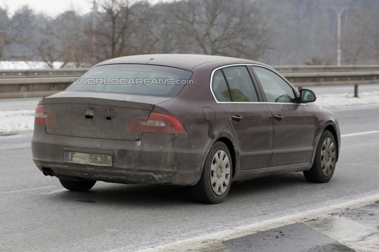 Skoda Superb facelift spied-